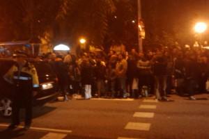 Acumulació de gent esperant els autocars