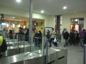 Persones entrant a l'estació un cop regnava la calma