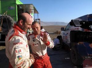Foj parlant amb el seu copilot, Pablo Jatón, un cop acabada l'etapa.