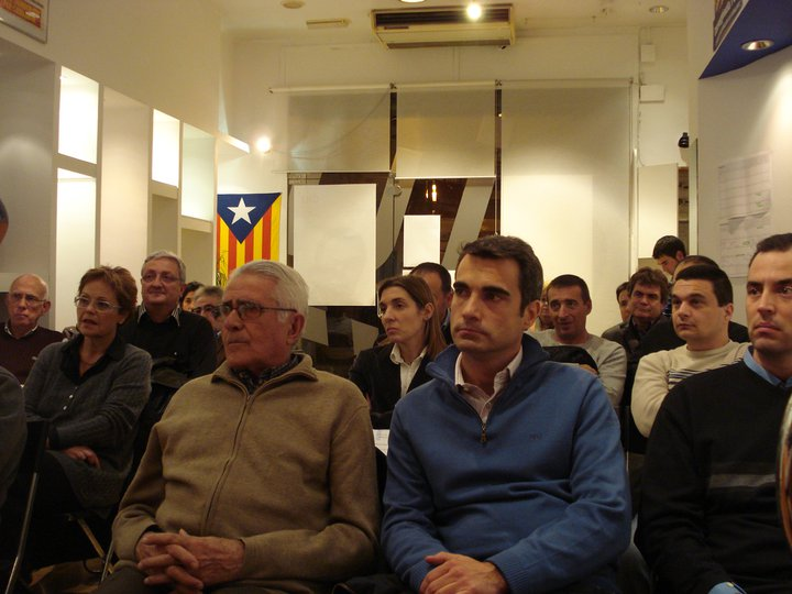 De blau, Joan Ramon Casals (CIU) en un acte de la formació