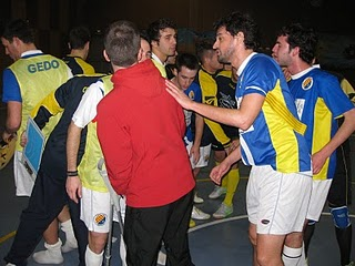 """Els jugadors fent el """"crit de guerra"""" al finalitzar el partit"""
