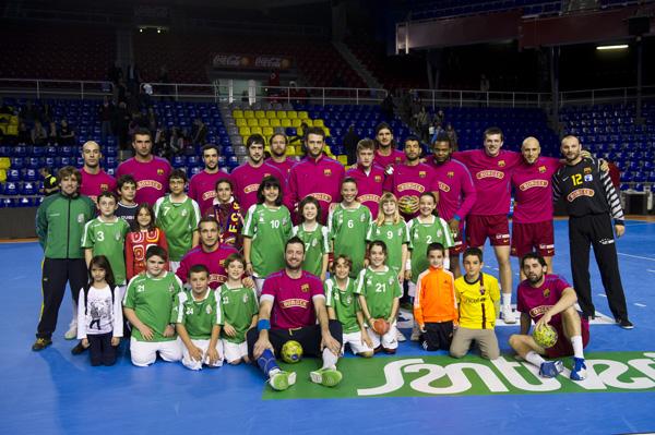 Jugadors de l'escola del CE Molins de Rei amb els del primer equip del FC Barcelona Borges