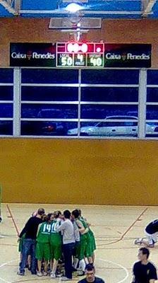 """El CE Molins fent el """"crit de guerra"""" al final del partit // www.basquet-molinsderei.blogspot.com"""