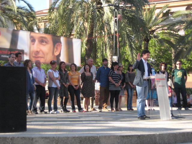 Xavi Paz acompanyat pels components de la seva llista durant el discurs // Jose Polo