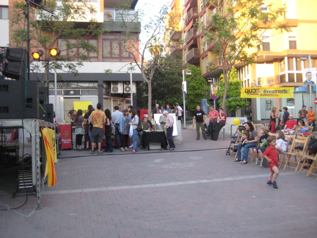 La festa de la CUP a la Plaça del Mercat es va animar al entrar la nit // Jose Polo