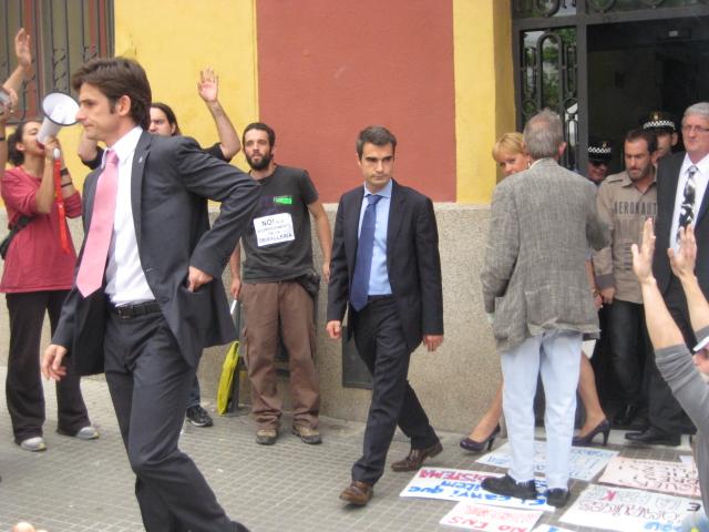 Indignats i treballadors de la deixalleria van protestar a les afores de l'Ajuntament durant tot el ple municipal // Jose Polo