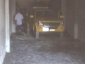 L'automóvil del RACC en el moment que carguen el cotxe incendiat // Laura Herrero