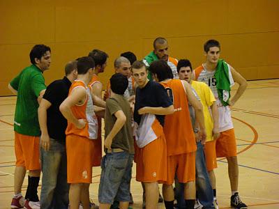Crit de guerra al final del partit // basquet-molinsderei.blogspot.com
