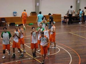 Jordi de Ugarte surt de la pista ovacionat pels seus compays // basquet-molinsderei.blogspot.com