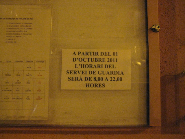 Aquests cartells i les respostes de la Guàrdia Urbana són les úniques informacions que han rebut els ciutadans de Molins de Rei fins el moment // Jose Polo