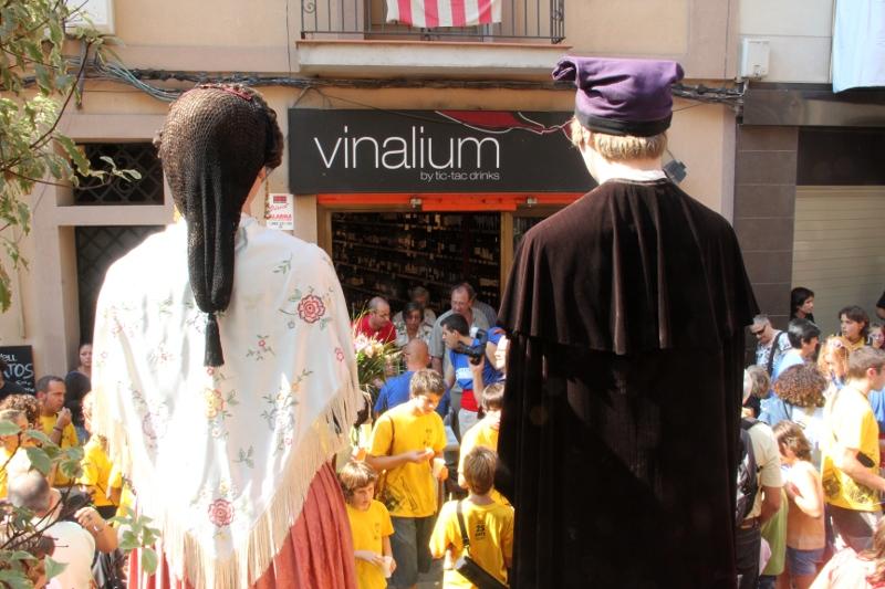 Els Gegants Vells van fer les tradicionals parades als punts habituals. Per exemple, Cal Mas // Jordi Julià