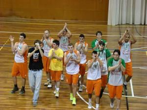 El Molins ha aconseguit la victòria en una pista complicada // basquet-molinsderei.blogspot.com