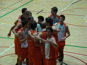 El CE Molins de Rei celebra la victòria a la pista del líder // basquet-molinsderei.com