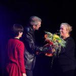 La vídua de Carles Vives va rebre un ram de flors de mans dels tècnics de Ràdio Molins de Rei // Jordi Julià