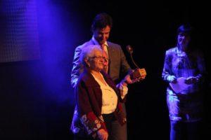 """""""Manolita"""" Álvarez va rebre el premi que l'acredita com a Molinenca d'Honor de les mans de l'alcalde // Jordi Julià"""