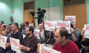 Un quinzena de persones van mostrar cartells en solidaritat amb Enric Piera // Jose Polo