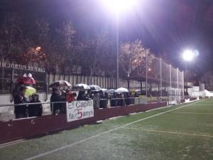El públic es va desplaçar al Josep Raich malgrat la pluja i una pancarta felicitava l'aniversari al capità del Molins, Andreu Margarit // Jose Polo
