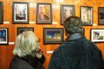 El públic va comentar i observar atentament les fotos durant la inauguració de l'exposició // David Guerrero