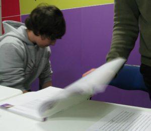 Joves estudiants van fer ús de l'aula d'estudi posada en marxa a la seu d'Iniciativa // IxMdR