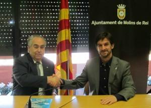 L'alcalde, Xavi Paz, i el president de la delegació de la Cambra de Comerç, Carles Guilera, han signat el conveni a la sala de plens // Ajuntament de Molins de Rei