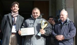 Josep Duran recull el premi en mans de l'alcalde, Xavi Paz // Jose Polo