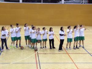 Les jugadores molinenques van mostrar un missatge de suport a una companya // basquet-molinsderei.blogspot.com