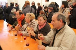 La carpa de la Fira de Vins es va omplir de visitants que volien tastar els aperitius que havia preparat el col·lectiu // Jordi Julià