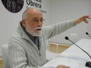 El discurs d'Arcadi Oliveres va captivar als assistents // Dempeus Molins