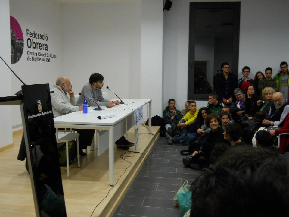 El públic va seure fins i tot al terra a primera fila per escoltar les paraules d'Arcadi Oliveres // Dempeus Molins