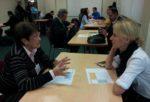 Els empresaris participants intercanvien impressions en una taula cara a cara // David Guerrero
