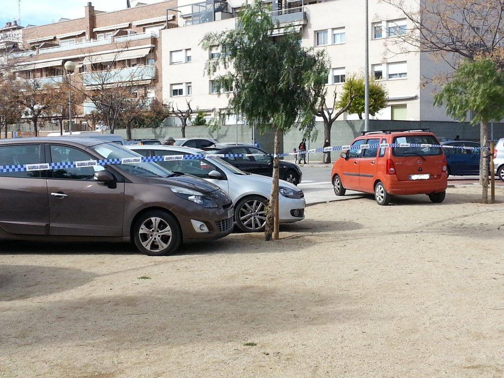 Cintes de la Guàrdia Urbana impedien aparcar en algunes zones // Toni Zapata