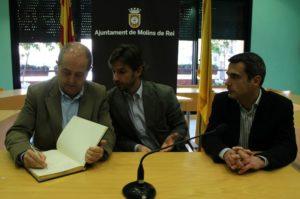 Felip Puig va signar el llibre d'honor de l'Ajuntament a la sala de plens // David Guerrero