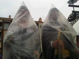 Els gegants es van haver de protegir de la pluja a Pallejà // Ricard Vinyets