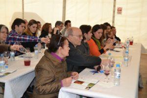 Els diferents participants provaven els vins sel·leccionats // Elisenda Colell