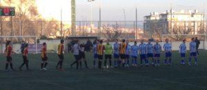 Salutacions entre els 22 jugadors abans de començar el matx // Santi Murgui