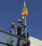 Un grup de militants va pujar a la plataforma per penjar la bandera // J.M. Moneny