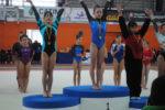 Marta Gil, a l'esquerra, en el moment de pujar al podi per recollir la medalla de plata // Club Gimnàs