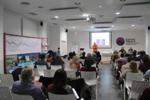 Tot i que l'assistència a la primera de les ponències va ser alta, la sala es va anar buidant a mesura que passava el temps // Jordi Julià