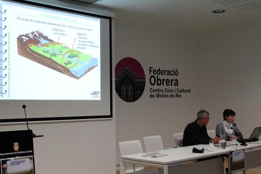 """Alícia Navarro, investigadora de l'IDAEA-CSIC, va parlar d'una """"millora significativa"""" de la qualitat de l'aigua gràcies a les depuradores, però va alertar d'altes concentracions de fàrmacs i pesticides que no es filtren // Jordi Julià"""