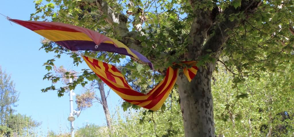La bandera de la II República i la Senyera van guarnir el pati de la Federació // Jose Polo