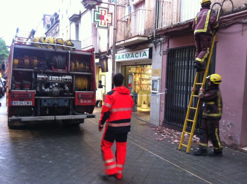 Els Bombers han hagut d'actuar davant el despreniment del balcó del número 33 del carrer Major // Ràdio Molins de Rei