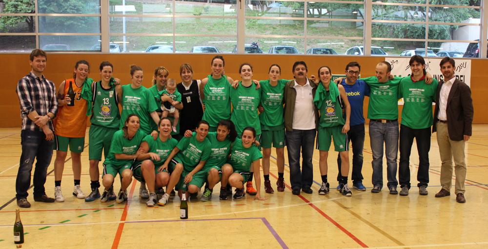 L'equip que ha fet història  acompanyat del staf tècnic, directius i el regidor d'Esports, Xavi Paz // Marta Pedrola