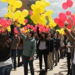 Els joves de la JNC van sostenir els globus i els van deixar anar tots a la vegada // David Guerrero