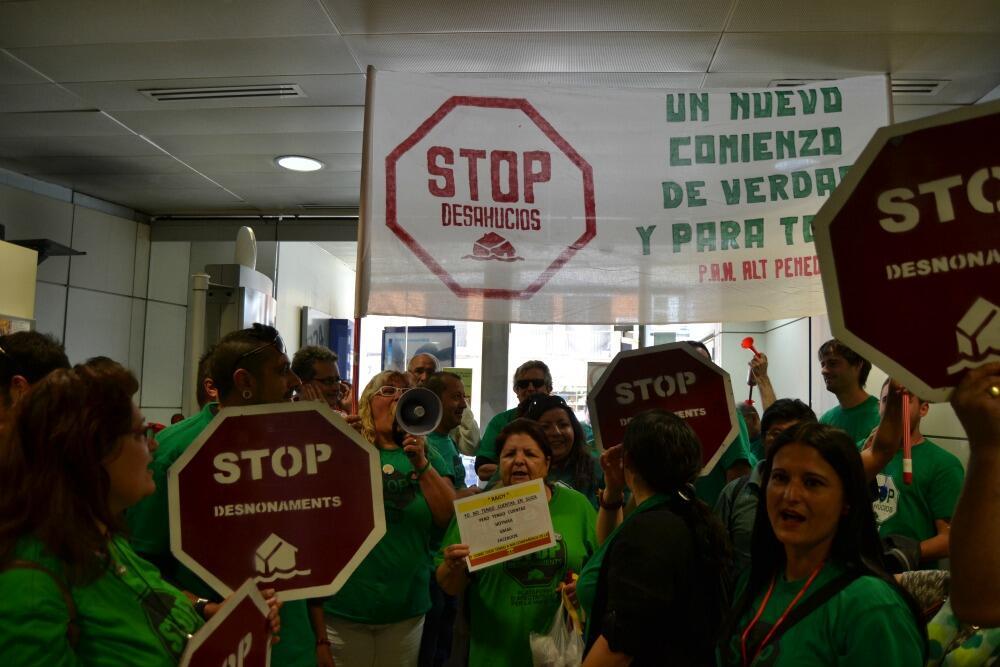 Els activistes de la PAH van ocupar el BBVA de l'avinguda Barcelona per demanar la negociació de la hipoteca de l'Amaya // Elisenda Colell