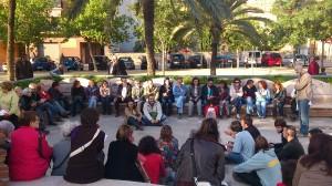 L'assemblea es va celebrar en una cantonada del parc Pont de la Cadena // Laura Fernández