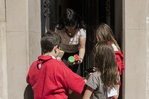 Els infants, joves i monitors del Cau, l'esplai Agrupa, l'esplai MIb i l'espai SPAI van recaptaven aliments insistint porta a porta. // Ajuntament de Molins de Reii