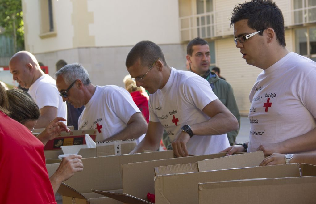 Voluntaris de la Creu Roja, redistribuint els aliments un cop acabat el recapte.// Ajuntament de Molins de Rei