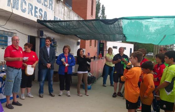 El president de l'Atlètic Incresa, Ramón Sicart, entrega els premis// Laura Fernández