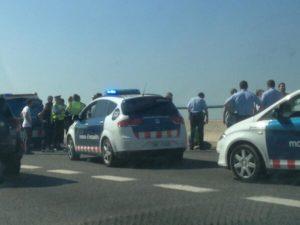 Un gran nombre d'efectius policials ha actuat per realitzar la detenció dels joves // Marc Sellarès (@SellaresMarc)
