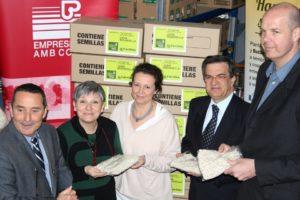 El director general de Semillas Batlle, Ramón Batlle (primer per l'esquerra), va fer entrega de les mongetes al director general de Càritas, Jordi Roglà (segon per la dreta) // Semillas Batlle